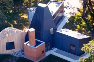 The Frank Gehry-designed Winton Guest House is seen in this aerial view. (Photo by Mike Ekern '02)