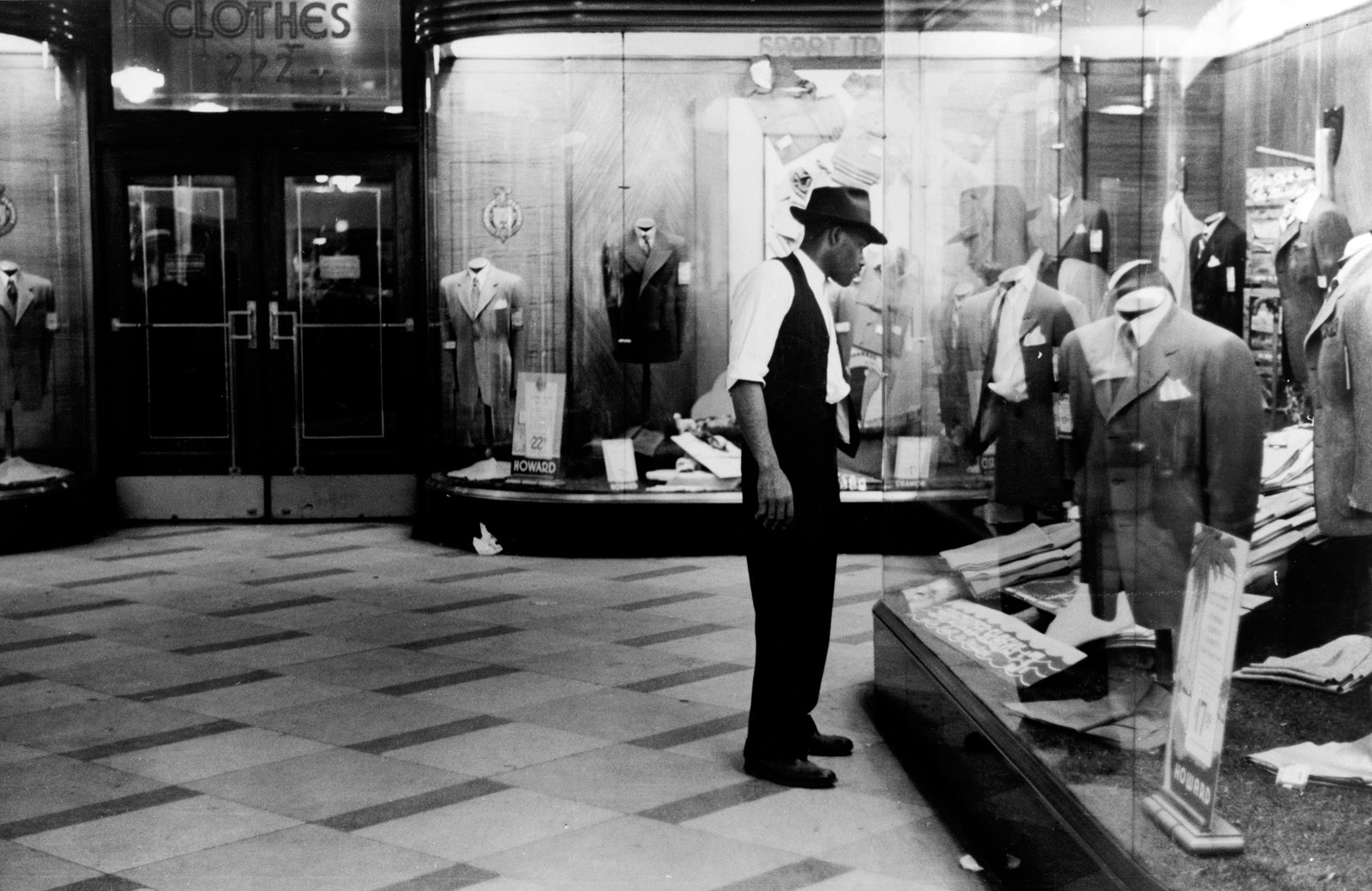 Window shopping, Chicago, Illinois, July 1941